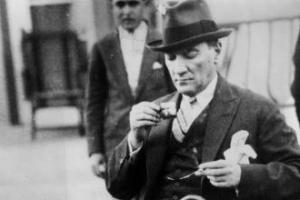 Şair ve Edipler Arasında Atatürk
